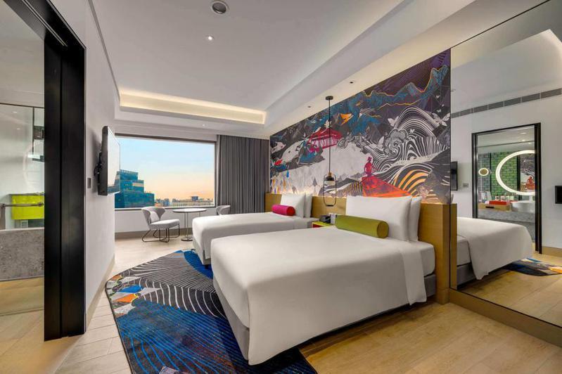 台北大直英迪格酒店開放一間高級雙人客房。圖/東南旅遊官網