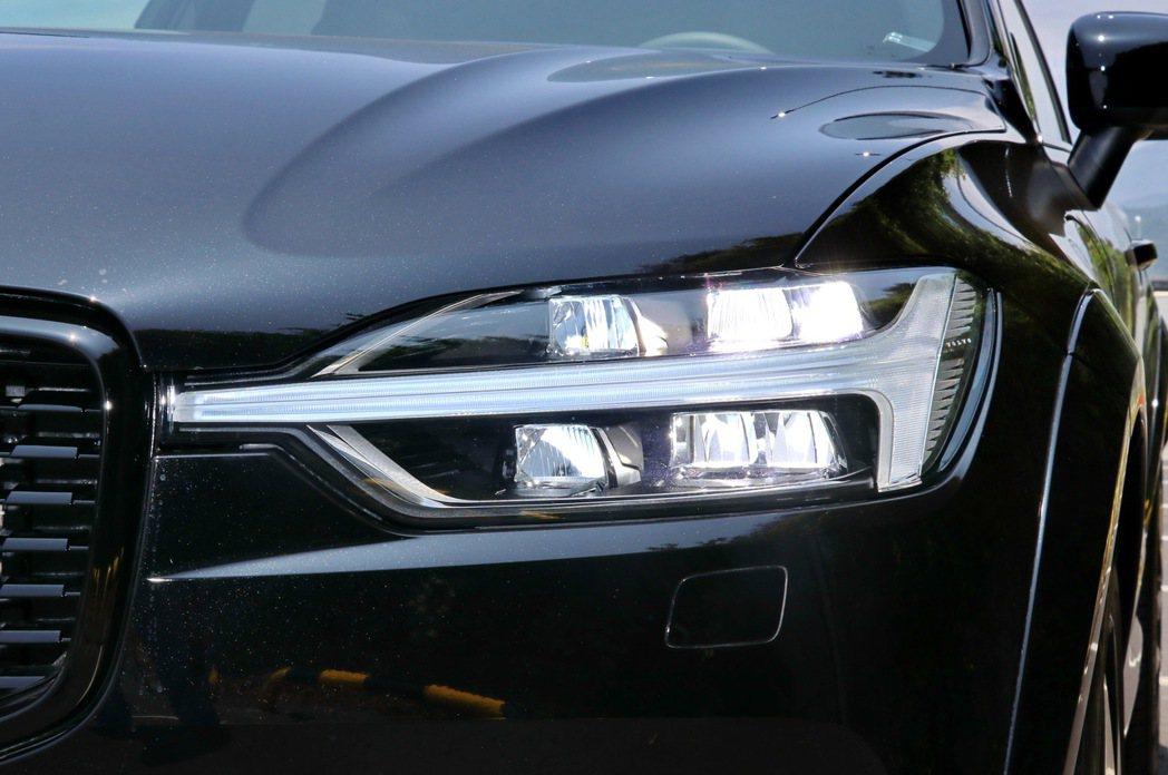 新世代VOLVO車型絕對不容錯認的「雷神之鎚」日行燈結合 VOLVO全LED頭燈...