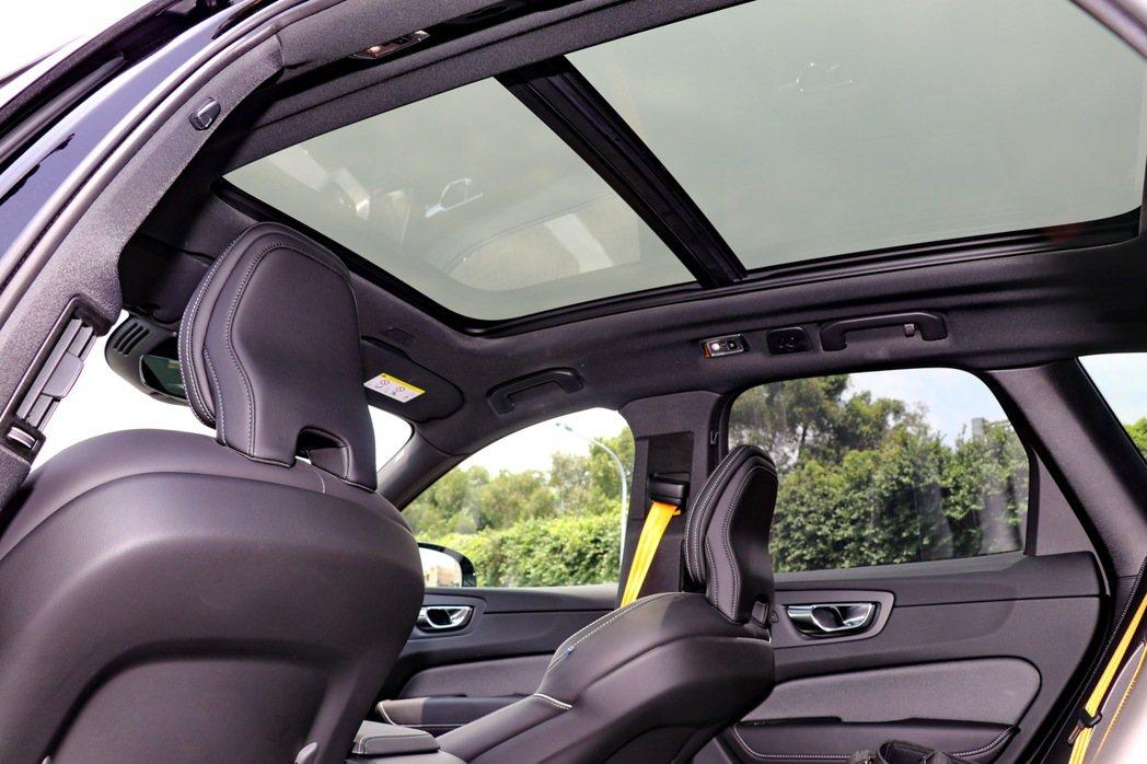 全景天窗讓車內處處都充滿光線。 記者陳威任/攝影