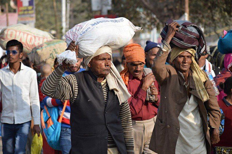 印度因為經濟撐不下去,選擇在疫情高峰時就封鎖,專家建議政府針對高風險區域封鎖,而民眾一定要保持社交距離。(Photo on Pixabay)