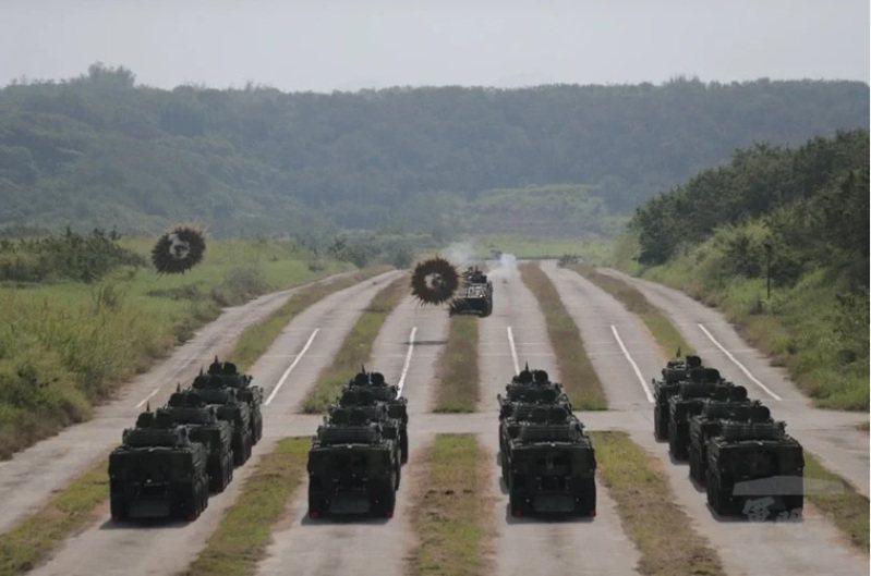 國軍自行整合研發「CM34」30公厘機砲型裝步戰鬥車,原本招標公告宣達將生產284輛,但國防部日前在立法院進行的國防自主成效報告,卻變成305輛,多出21輛。圖:軍聞社