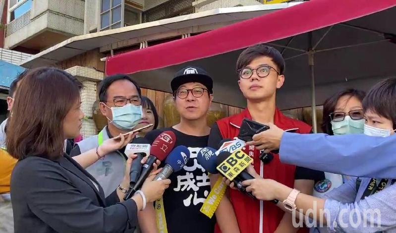 罷韓團體上午在陽明早市發送黃絲帶。記者蔡孟妤/攝影