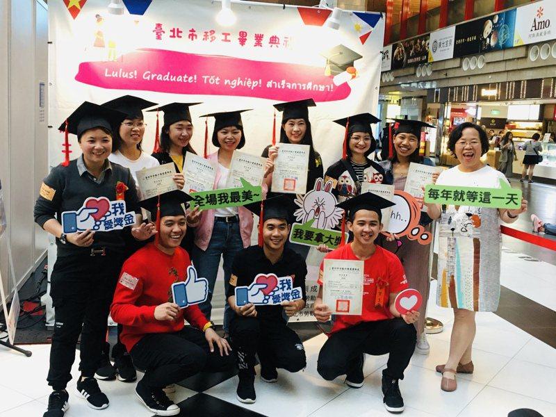 北市去年開設移工華語課程,學期末還辦了畢業典禮。圖/台北市勞動力重建運用處提供