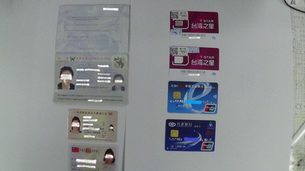 警方上個月中旬執行搜索,查扣手機、人頭帳簿、提款卡等證物。記者李隆揆/翻攝