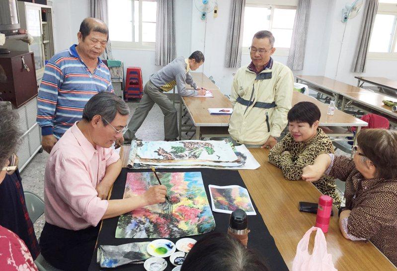台中市的長青學苑遲未復課,許多長輩等得心焦;此為之前國畫課上課情形。圖/台中市府提供