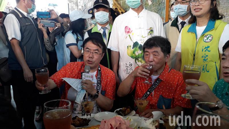 衛福部長陳時中到白河,忍酷熱配合推銷在地特產,大口喝蓮藕茶。記者周宗禎/攝影