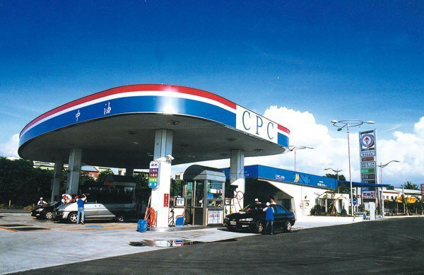 中油自明(1)日凌晨零時起汽、柴油價格每公升各調漲0.3元。圖/中油提供