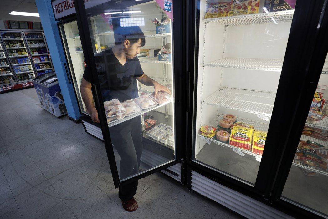 受到新冠疫情衝擊,美國食品價格4月份大漲,讓民眾開銷暴增。圖為愛阿華州第摩因是一...