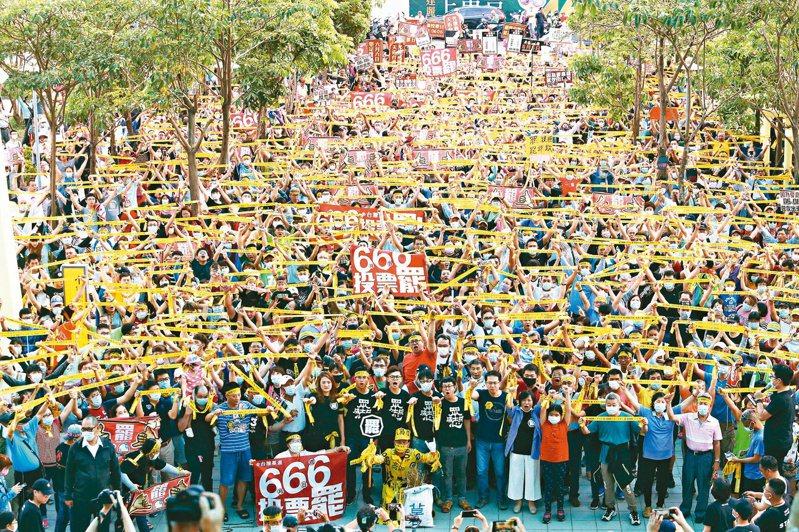 高雄罷韓公民團體昨天在岡山捷運站舉辦「666罷韓演習」,上千人高舉黃絲帶大呼「堅定罷韓」。記者劉學聖/攝影