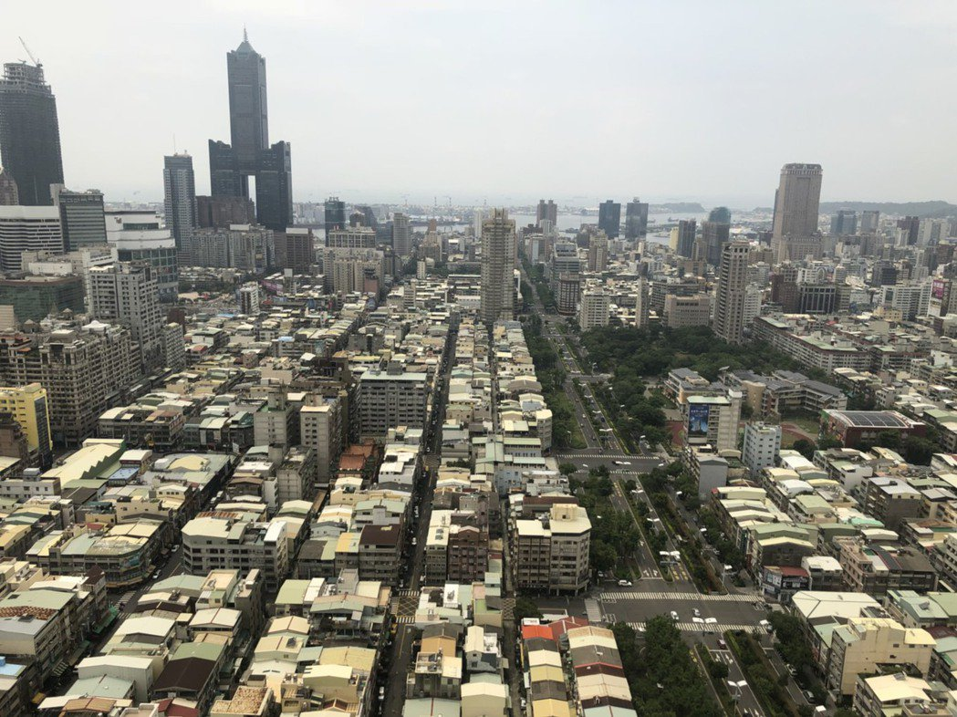 房仲業者表示,先前受疫情影響,六都房市賣壓都升高,4月起明顯降溫,高雄持續增加。...