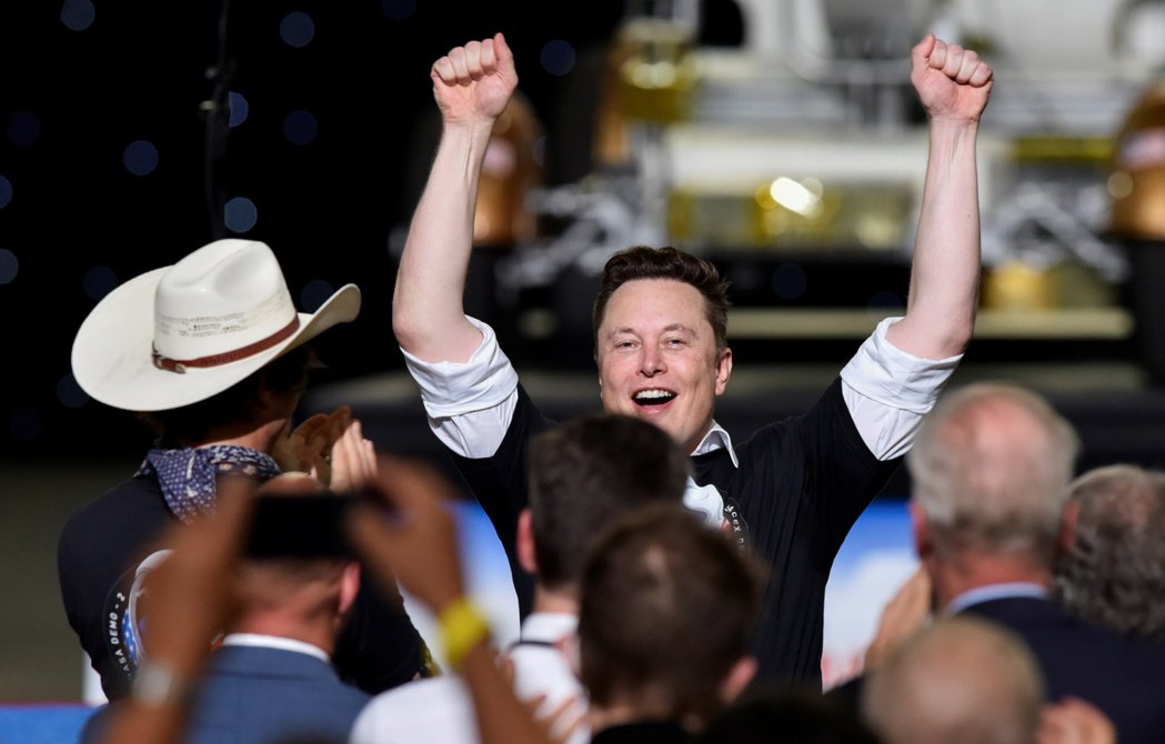 SpaceX的「獵鷹九號」火箭30日順利發射升空後,在現場觀看的SpaceX執行...