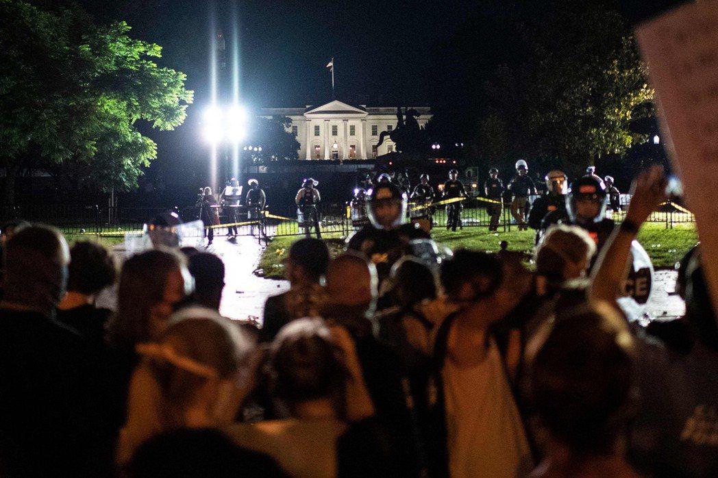 30日入夜後,仍有大批抗議群眾在白宮外與特勤人員和公園警察對峙。 (法新社)