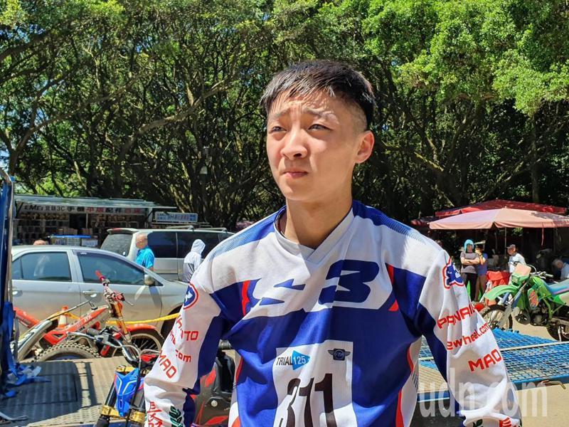 陳文懋今天早上在虎頭山更成功挑戰摩托車走繩索,引得現場民眾一陣歡呼。記者陳夢茹/攝影