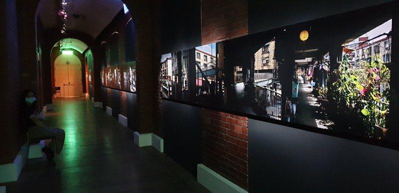 陳伯義的「步移景換‧華江陰陽」以建於70年代的華江整宅為主角,以類似卷軸的長幅方式呈現,彷彿台北版的「清明上河圖」。 記者陳宛茜/攝影