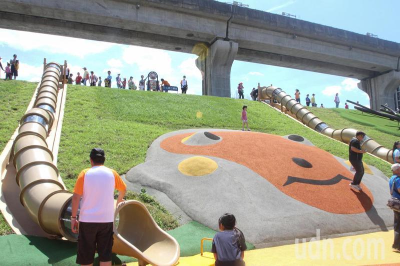 新北大都會公園今啟用「台灣特色動物」主題遊樂區,台灣獮猴管狀溜滑梯吸引大小朋友排隊遊玩。記者王敏旭/攝影