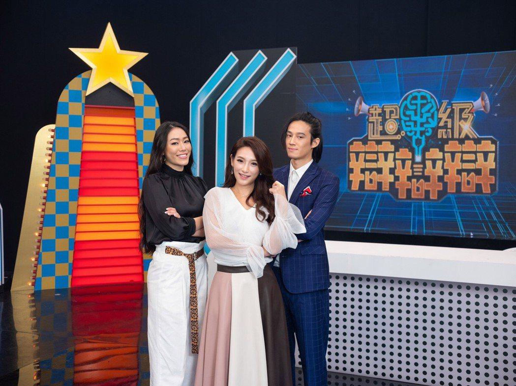 徐新洋(右起)、洪藜恩、邦妮首次合作主持。圖/JET綜合台提供