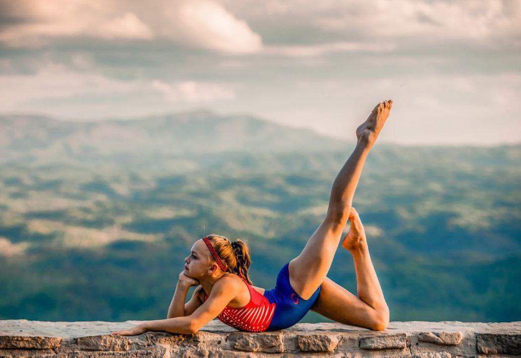 美國喬治亞州體操選手莫西爾迷上健身,居家避疫期尤其加強訓練,優美體態在社群平台I...