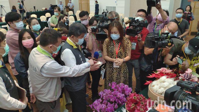 衛福部長陳時中(中)仔細對林百貨「林肉包」好奇,仔細端詳甚久。記者謝進盛/攝影