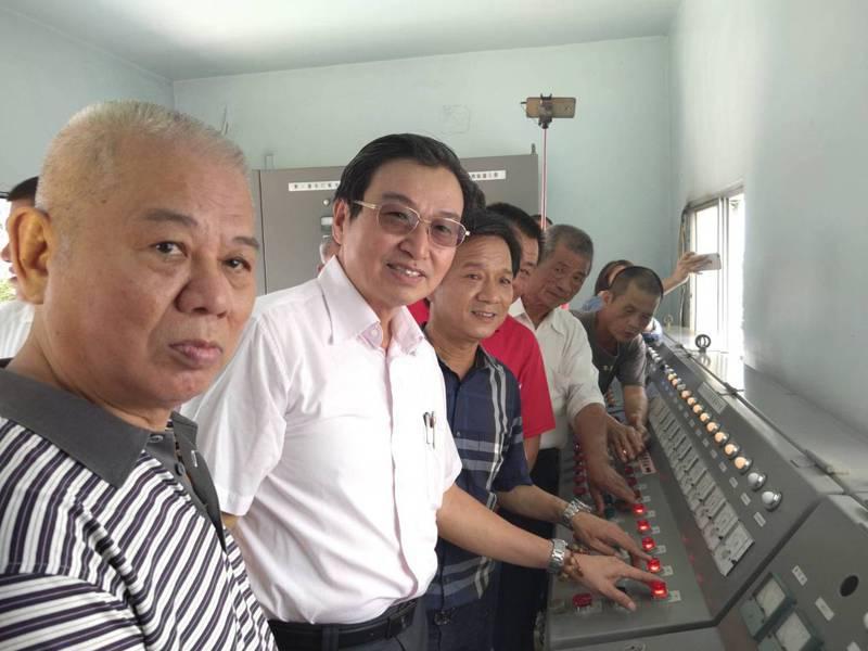 雲林農田水利會長洪國浩(左2)、林內鄉長張維崢(左3)與水利會人員共同按鈕啟動水門。圖/雲林農田水利會提供