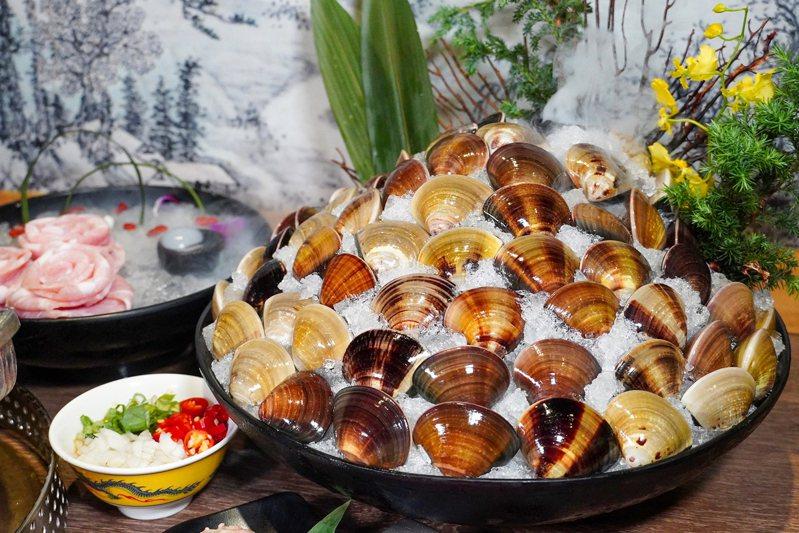 針對雙子、巨蟹座,慶生可獲贈「全桌人數×10倍的東石巨大鮮蛤」。圖/馬辣提供