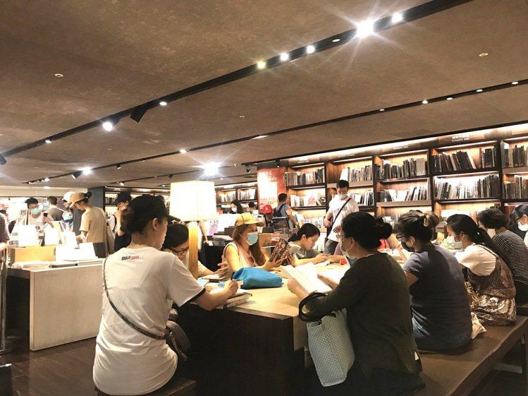 誠品敦南熄燈日,民眾紛紛前往告別,店內呈現滿座狀態。記者江佩君/攝影
