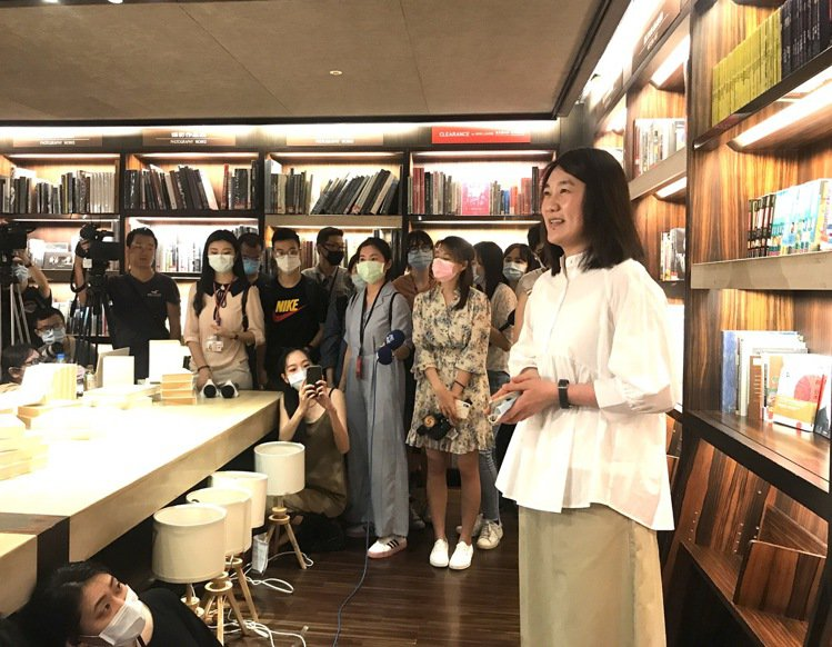誠品董事長吳旻潔在敦南店接受媒體聯訪。記者江佩君/攝影