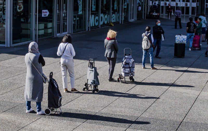 歐洲多國三月份民眾儲蓄率大增,經濟學家警告,消費者不願意花錢,可能阻礙經濟復甦。圖為巴黎民眾在一個購物中心前排隊等候入內。 美聯社