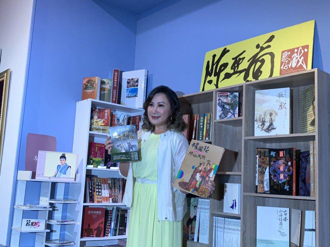 歌仔戲圖書館展示多本歌仔戲書籍。記者趙宥寧/攝影