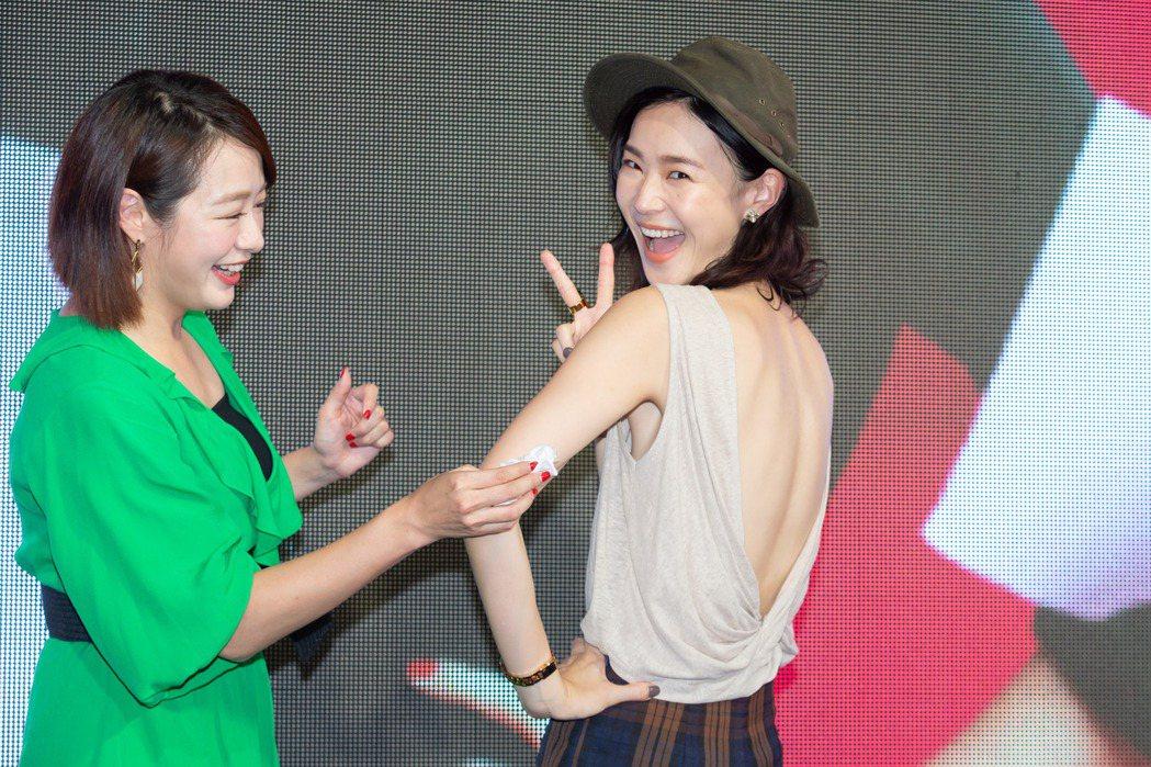 鍾瑶(右)露美背出席「跟鯊魚接吻」粉絲見面會。記者季相儒/攝影