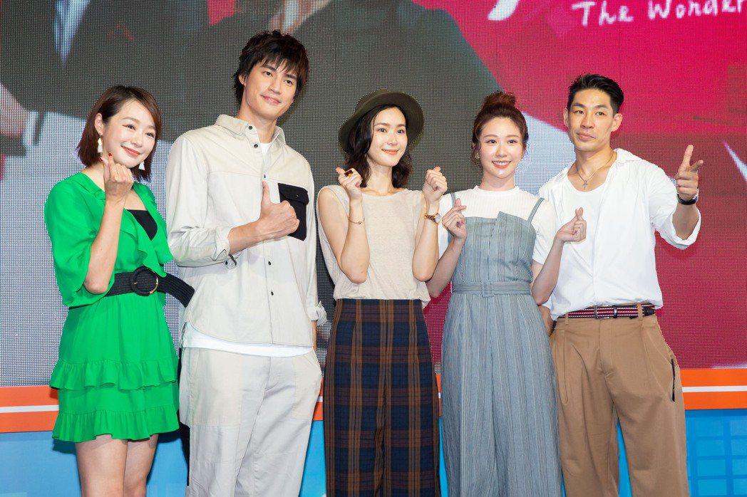 藍鈞天(右起)、張景嵐、鍾瑶、羅宏正、茵芙出席「跟鯊魚接吻」粉絲見面會。記者季相...