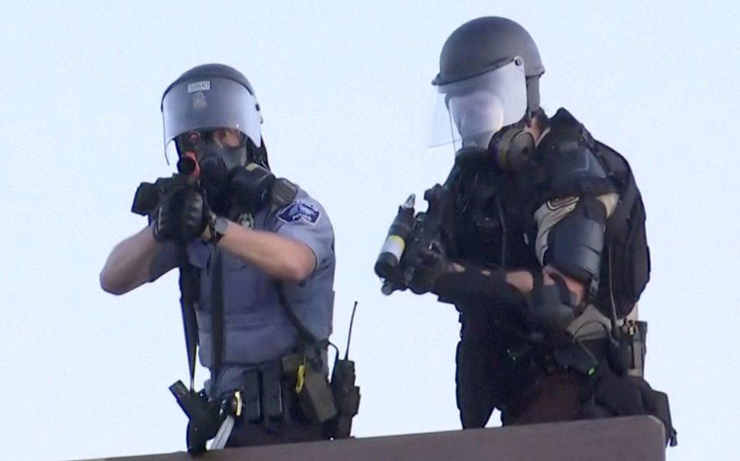 美國明尼蘇達州尼亞波利斯警方卅日晚間驅逐示威者時,一名員警直接對路透攝影師發射橡...