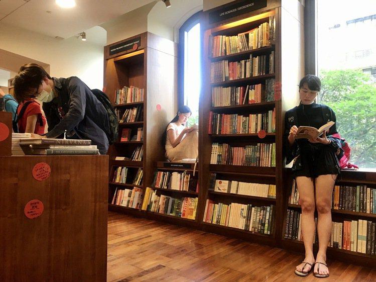 坐在敦南店經典的拱形邊窗閱讀,是誠品敦南的經典風景。記者江佩君/攝影