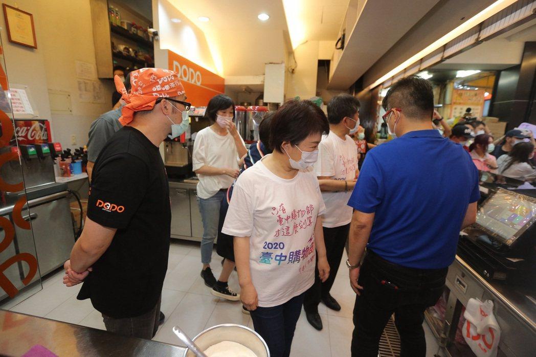 衛福部長陳時中與台中市長盧秀燕到台中一中商圈「嘟嘟茶行」自製珍奶,關心在地業者。...