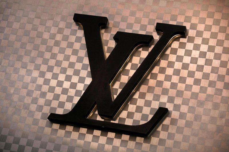 精品品牌路易威登(LV)商標。圖/路透
