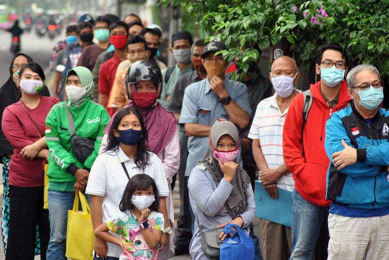 印尼愛爾朗加大學近期研究出治療2019冠狀病毒疾病(COVID-19,新冠肺炎)的5種藥物複合成分,都是由市面上能取得的藥品組成,這些成果已提交數個科學期刊進行同儕審查。(路透)