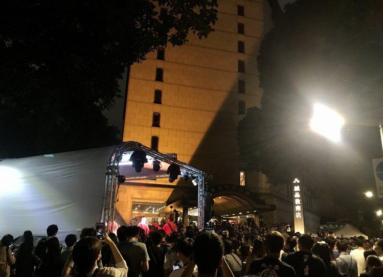 敦南誠品熄燈日,民眾湧入道別。記者江佩君/攝影