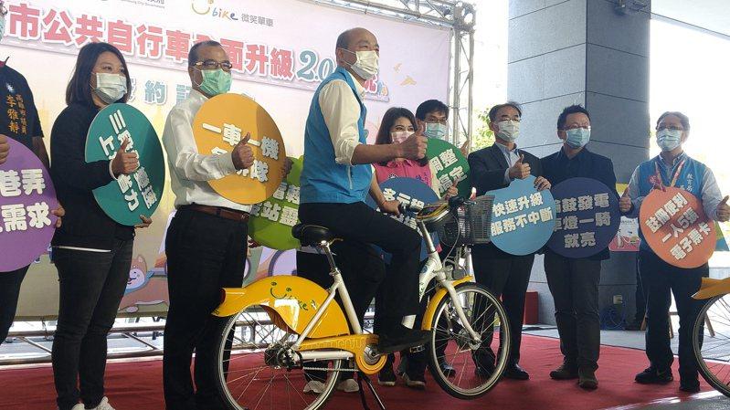 高雄市長韓國瑜(左三)4月出席「高雄YouBike 2.0公共自行車系統」簽約記者會,5月底視察建置進度時,宣布提前在6月16日試營運。圖/聯合報系資料照片