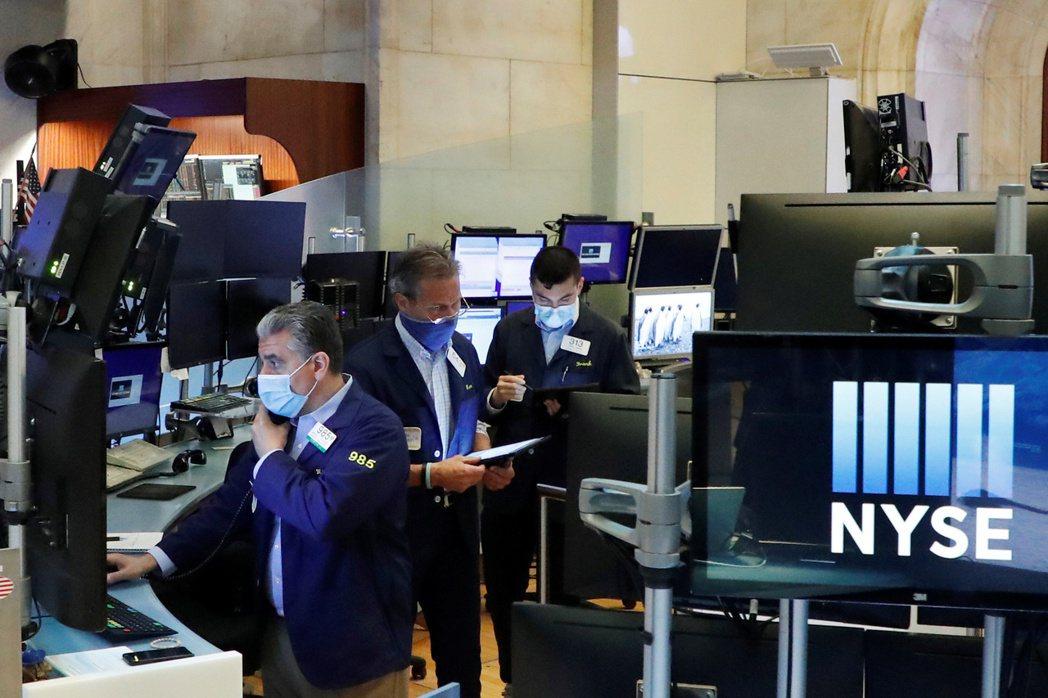 專家指出,美中緊張重創供應鏈與國際貿易等風險,可能導致美股大幅挫跌。 (路透)