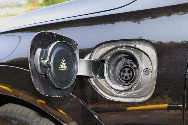 可充電也可吃油的PHEV動力設定。記者陳威任/攝影