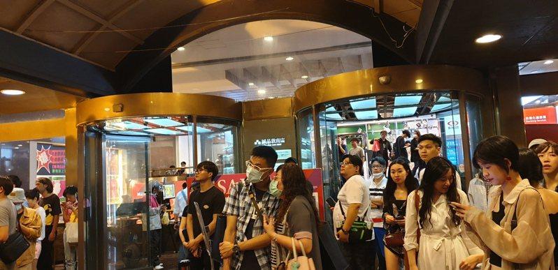 雖然深夜下起傾盆大雨,依然有上千民眾共聚於書店前一起倒數,親眼見證誠品敦南熄燈。記者陳宛茜/攝影