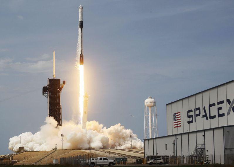 美國SpaceX獵鷹九號火箭搭載飛龍號太空船,五月卅日在佛州甘迺迪太空中心升空。(法新社)