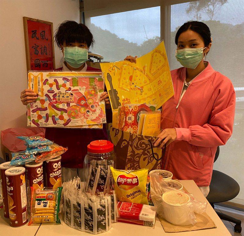 零食點心、紙燈籠,護理人員想盡辦法讓住在檢疫所的小朋友不無聊。圖/台北醫院提供