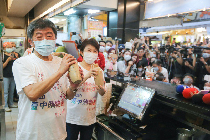 衛福部長陳時中(左)與台中市長盧秀燕到台中一中商圈「嘟嘟茶行」自製珍奶。記者黃仲裕/攝影