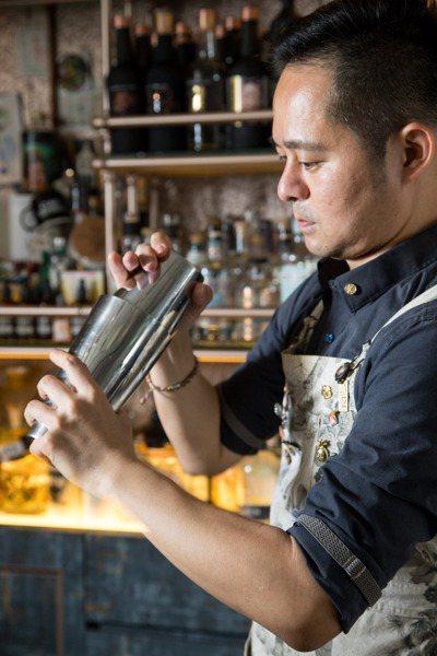 隨著當上調酒師,鄭哲宇對酒精知識也益發渴求。 記者陳立凱/攝影