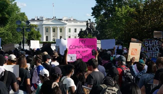 全美連續第六天多州抗議,示威群眾31日持續在白宮前抗議,華府警力森嚴,嚴陣以待。圖/美聯社