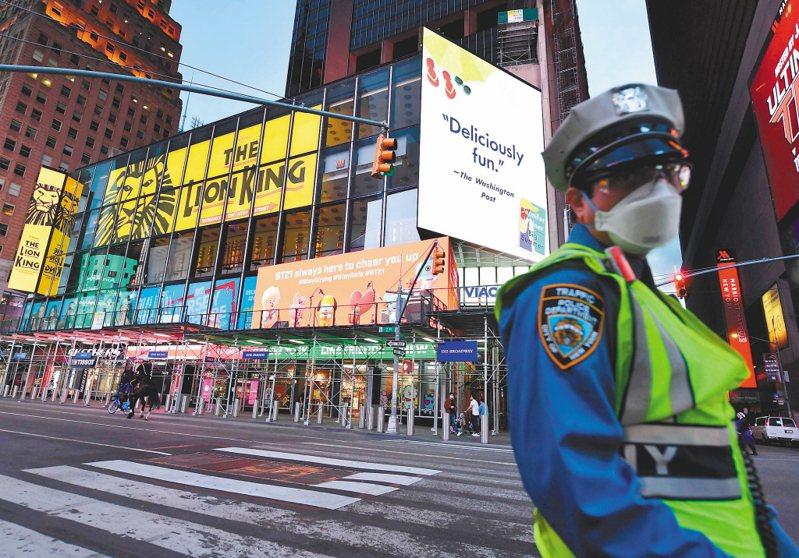 一名戴口罩的警察在紐約時報廣場巡邏。 法新社
