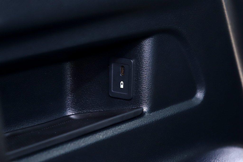賓士GLB全車型第三排選配價為6.1萬台幣,但不僅只有多兩張座椅還有雙杯架與雙U...