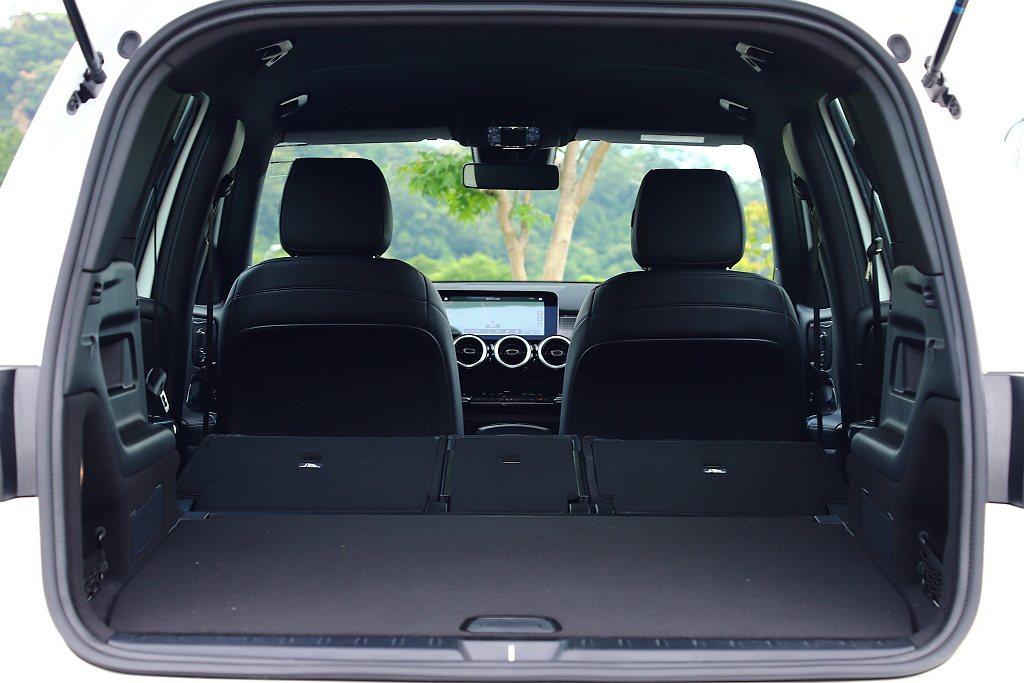 不過若是五人座車型,後行李廂空間基本基本就有565L,若將第二排座椅打平更可提升...