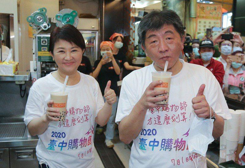 疫情趨緩衛福部長陳時中(右)仍不得閒,31日到台中與台中市長盧秀燕(左)一起喝珍奶。 記者黃仲裕/攝影