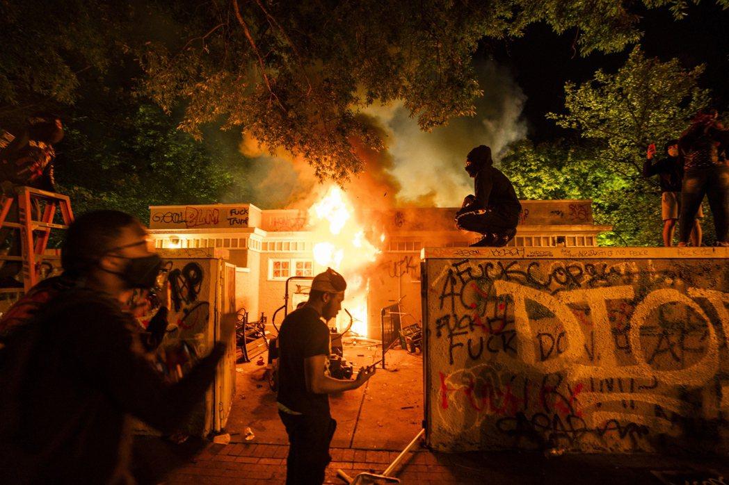在宵禁令啟動後,原本圍在白宮外圍的千餘群眾,雖然在鎮暴警隊的進逼下逐步散去,但沿...